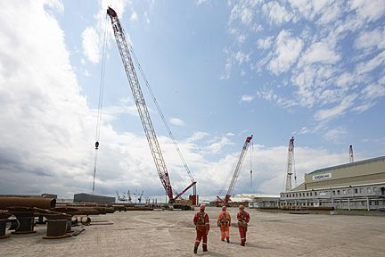 Cranes and Riggers on site